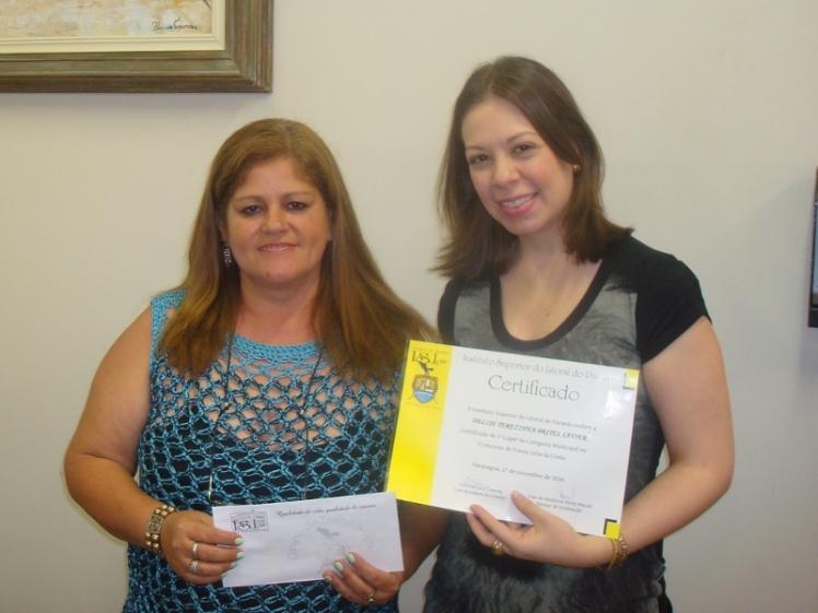 Delise Xavier recebendo o prêmio do concurso de poesias 2010 de minhas mãos