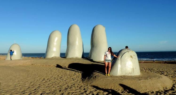 """O famoso monumento """"La Mano"""" em Punta del Este"""