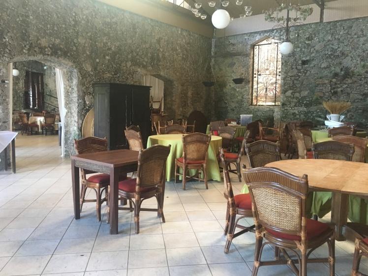 Salão de pedras onde é servido o café da manhã
