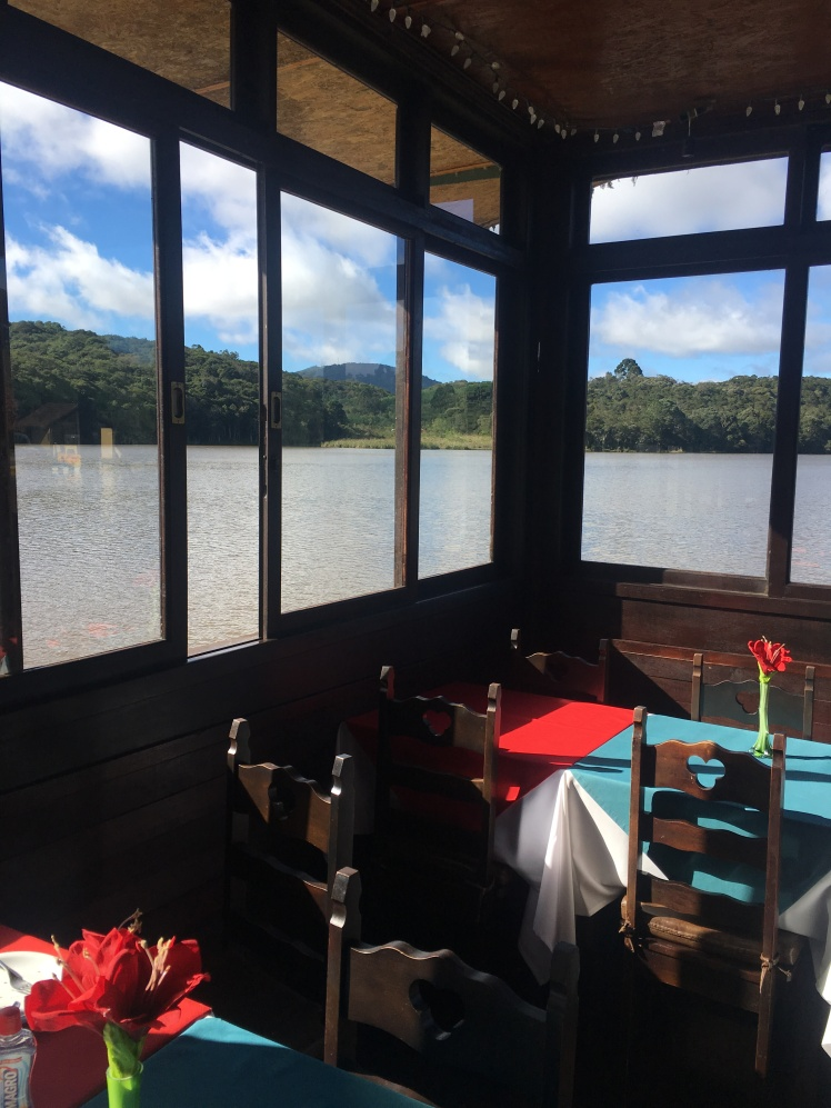 Restaurante sobre o lago